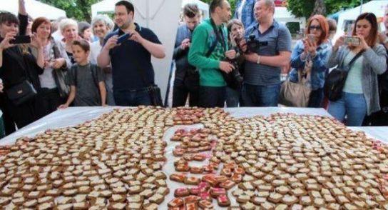 На Украине приготовили гигантский бутерброд с салом