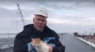Валуев проехал с котом по Крымскому мосту
