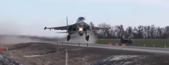 Интернет обсуждает посадку и взлет российских истребителей на автотрассе