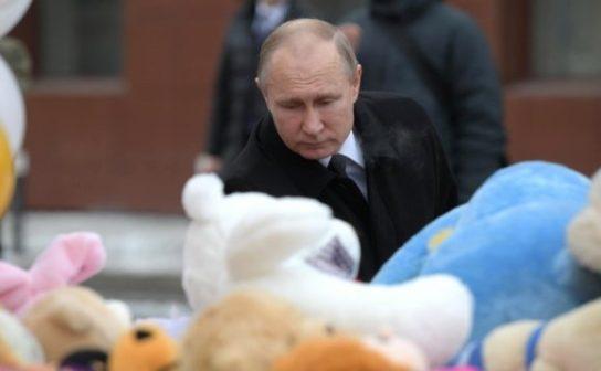 Путин возложил цветы у стихийного мемориала «Зимней вишни»