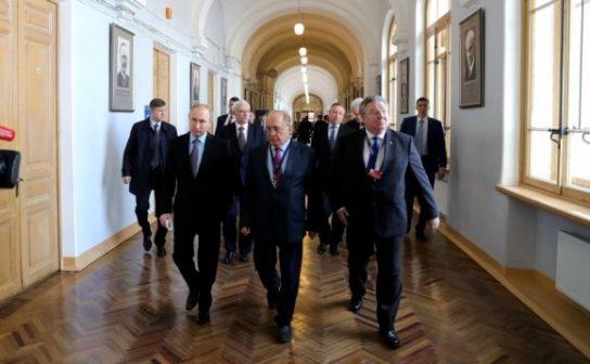 Путин пообещал поддержку тем, кто будет развивать науку в России