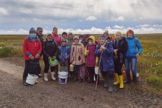 Поездку в тундру за грибами и ягодами организовала для пенсионеров мэрия Анадыря