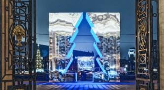 В столичном Парке Горького установили зеркальную елку весом 35 тонн