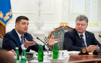 Украинцы вручили Порошенко и Гройсману «черную метку»