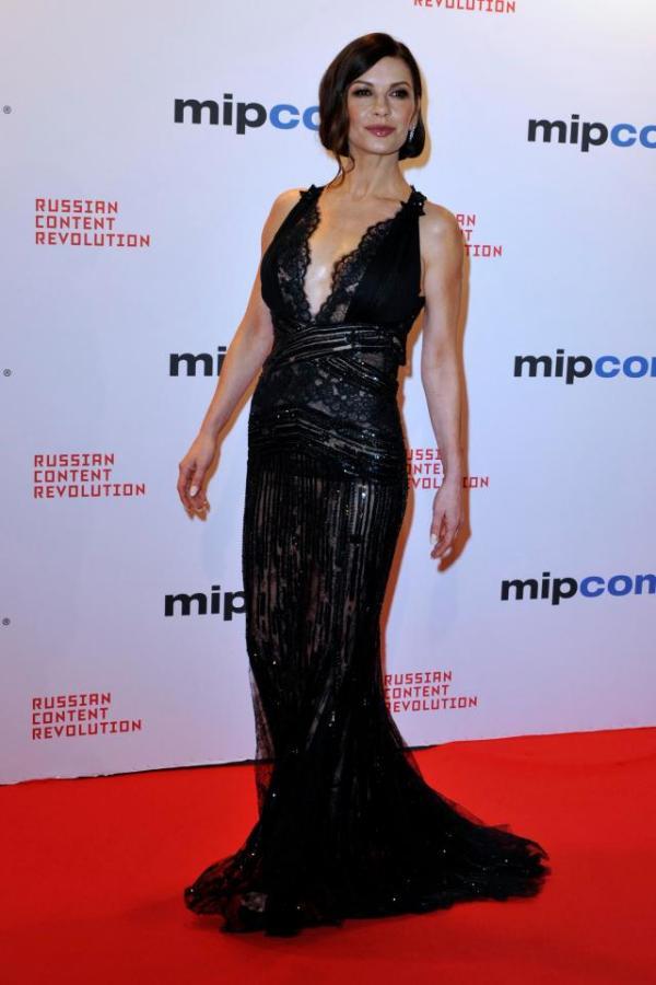 Кэтрин Зета-Джонс в черном прозрачном платье в Каннах