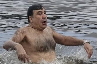 Саакашвили забыл снять шерстяной свитер во время крещенского купания