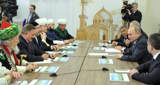 В Казани Путину подарили тугру — персональный знак правителя