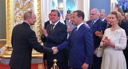 Путин снова доверил Медведеву руководить правительством России