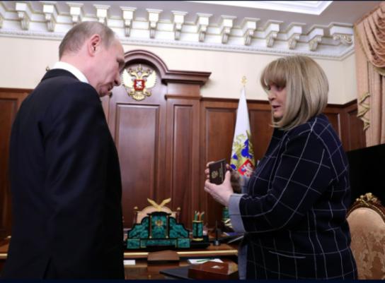 Путин получил новое удостоверение президента России