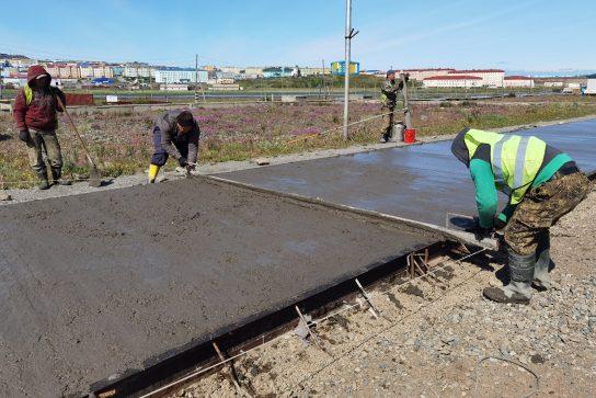 В Анадыре приступили к бетонированию дороги по ул. Колхозная