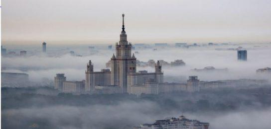Водителям рекомендуют снизить скорость из-за тумана в Москве