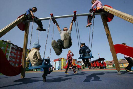 Глава Анадыря Леонид Николаев поручил разработать программу по модернизации детских площадок города