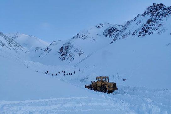 Поиски сноубордиста, попавшего в распадке под снежную лавину,  продолжаются пятые сутки