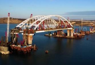 Строители досрочно завершили установку автодорожной арки Керченского моста
