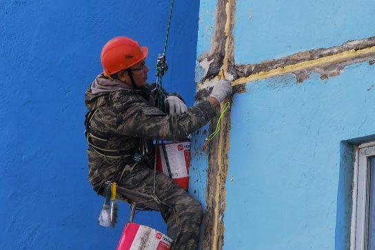 Глава города проконтролировал ход ремонтных работ по фасадам жилых домов