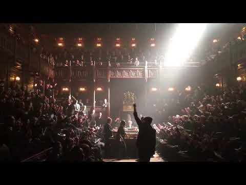 Гэри Олдман исполнил «Hey Jude» в английском парламенте