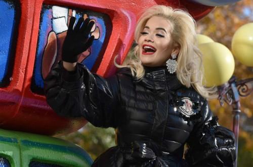 Рита Ора неудачно спела под фонограмму на День благодарения