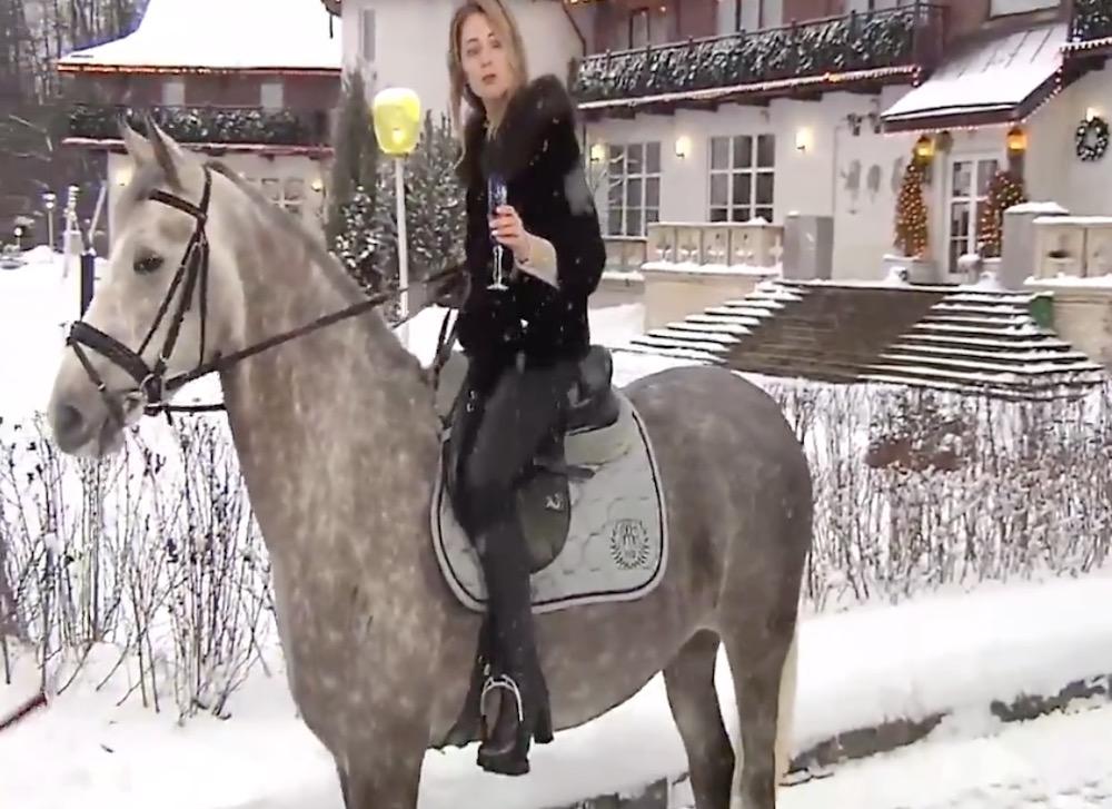Поклонская записала видеопоздравление россиян с Новым годом сидя на коне