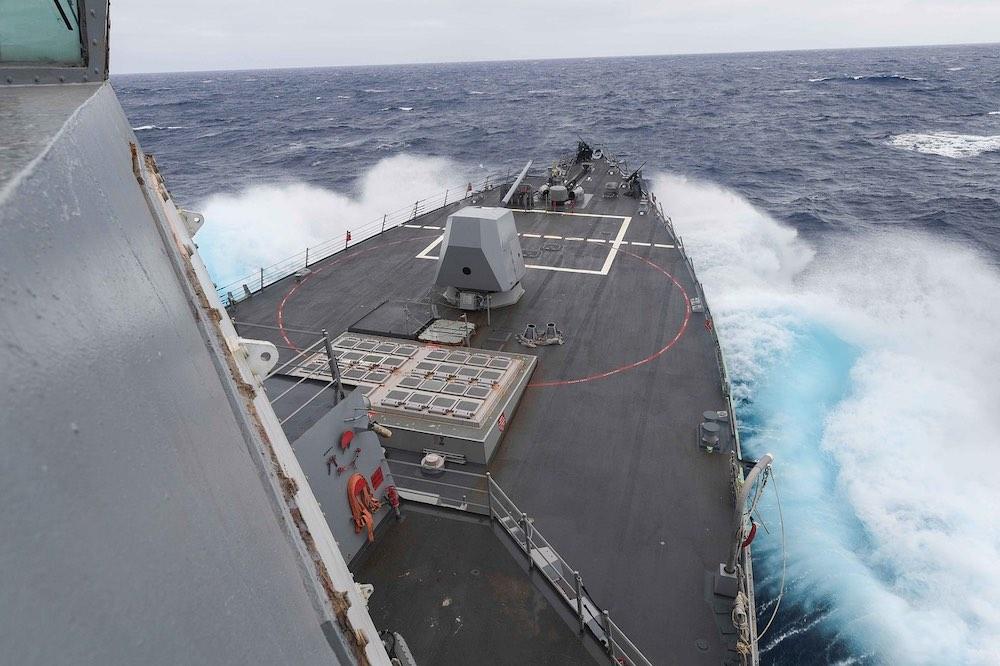 Американский эсминец подошел на опасное расстояние к России