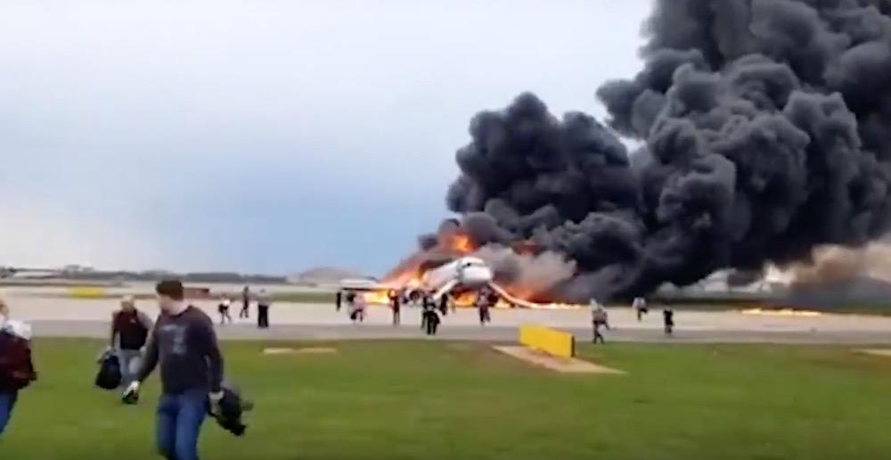 Россияне осудили поведение некоторых пассажиров сгоревшего в Шереметьево самолета