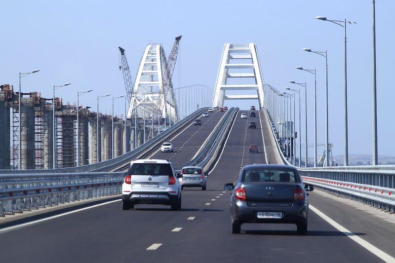 Крымский мост заполнил полуостров туристами