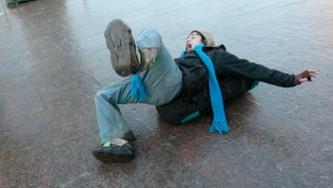 Водителей и пешеходов в Москве призывают быть внимательнее из-за ледяного дождя