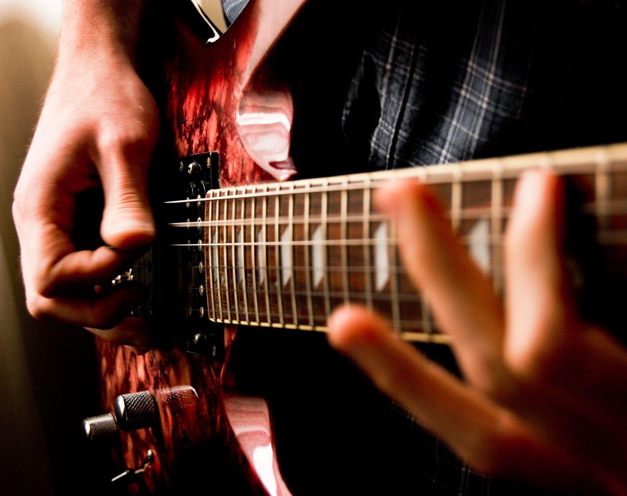 Найти репетитора по игре на гитаре