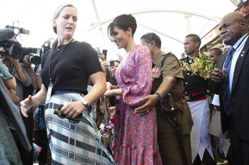 Беременная Меган Маркл на Фиджи: непринужденные наряды и возможная опасность