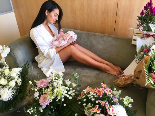 Дочь и жена Криштиану Роналду снялись для обложки журнала