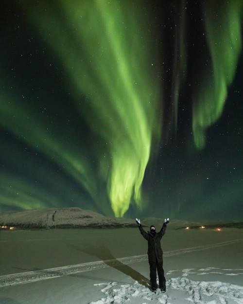 Билли Лурд отправилась посмотреть на северное сияние, чтобы почтить память своей матери Кэрри Фишер