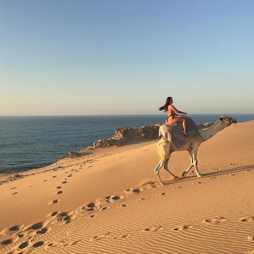 Эшли Грэм прокатилась на верблюде в одном бикини