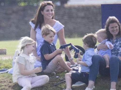 Кейт Миддлтон с детьми посетила турнир поло