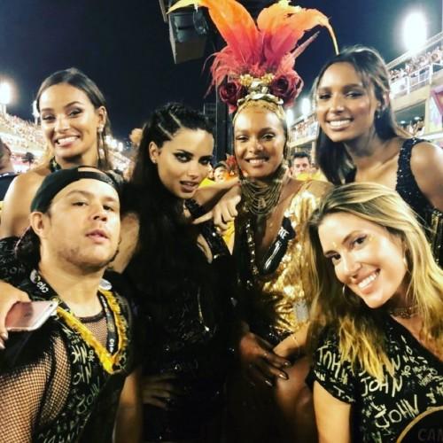 Адриана Лима с подругами на карнавале в Рио-де-Жанейро
