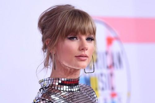 Тейлор Свифт получила премию в номинации «Артист года» на American Music Awards