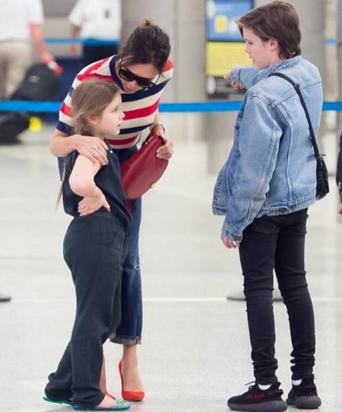 Харпер Бекхэм начала капризничать в аэропорту