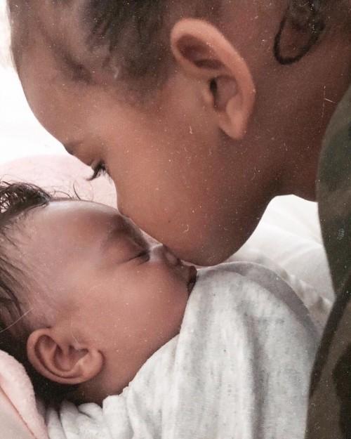 Ким Кардашьян поделилась трогательным фото дочери Чикаго и сына Сейнта