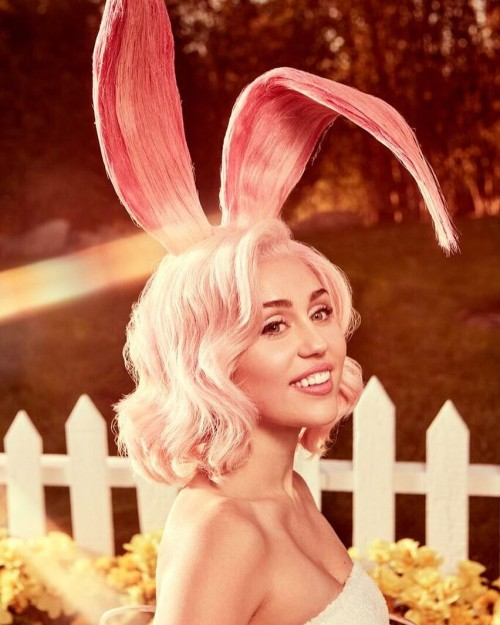 Майли Сайрус отшлепал пасхальный кролик в фотосессии для Vogue