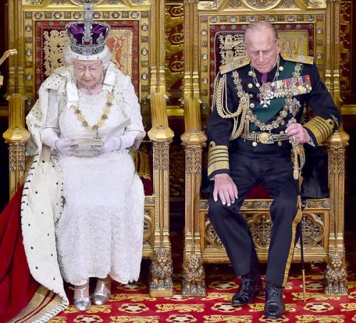 Елизавета II о короне: «Она очень неудобная и тяжелая»