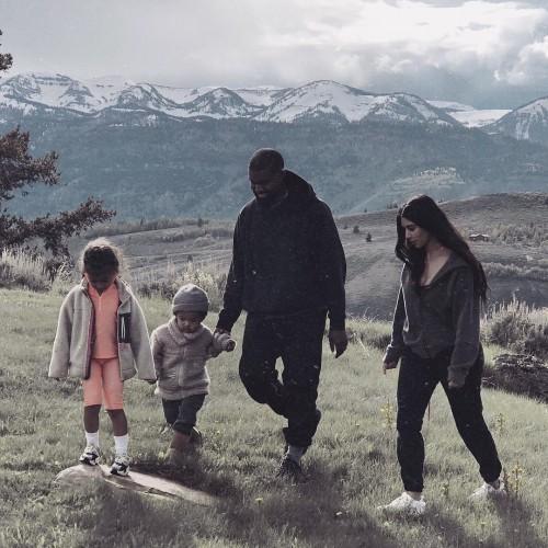Ким Кардашьян и Канье Уэст путешествуют с детьми