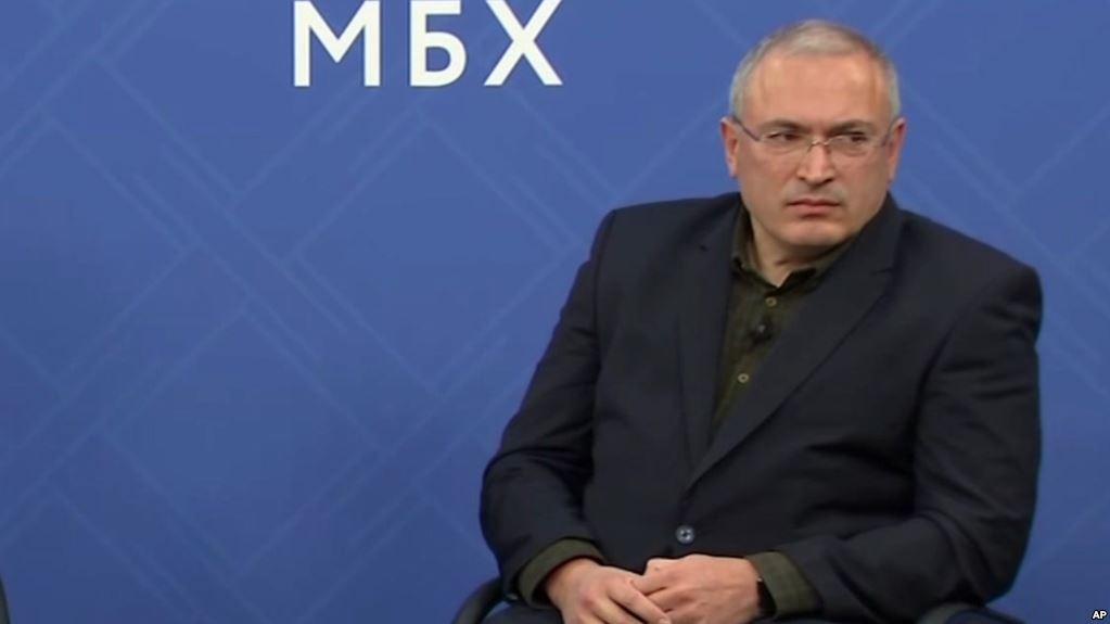«Скучно, но кушать хочется»: форум Ходорковского в Праге закончился очередным провалом
