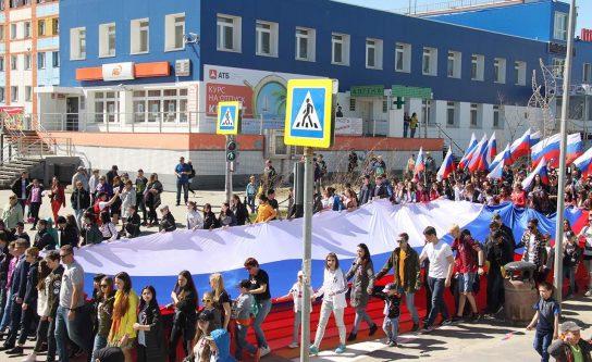 30-ти метровый российский флаг пронесли по главной улице столицы Чукотки