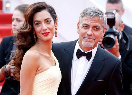 Джордж и Амаль Клуни раздали пассажирам самолета наушники с шумоподавлением