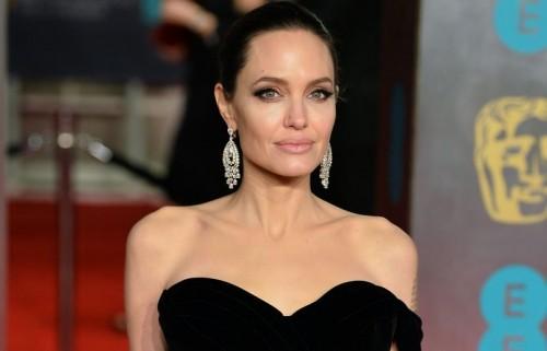 Анджелину Джоли ограничили в воспитании детей