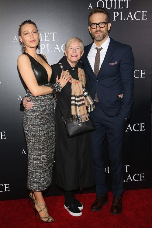 Блейк Лайвли и Райан Рейнольдс с мамой на премьере в Нью-Йорке после слухов о проблемах в браке