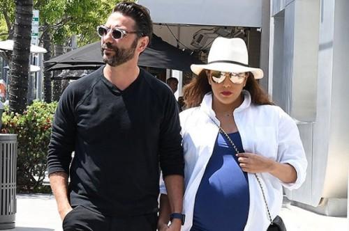 Беременная Ева Лонгория с мужем на улицах Беверли-Хиллз