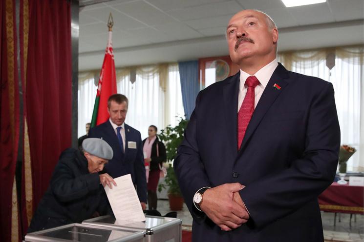 Лукашенко согласился бороться за пост президента с кандидатом-домохозяйкой