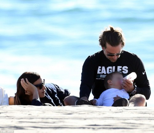 Брэдли Купер и Ирина Шейк с дочерью отдыхают на пляже Sunset Beach