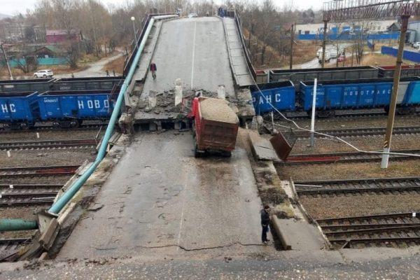 В Амурской области мост с грузовиком рухнул на железную дорогу