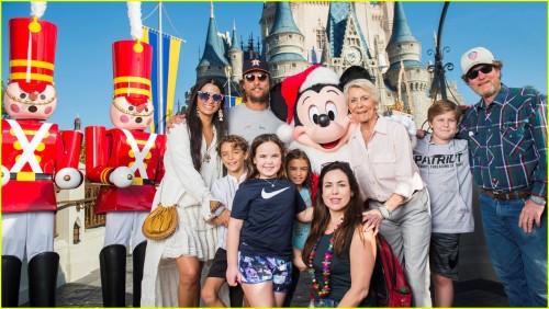 Мэттью МакКонахи и Камила Алвес отправились с детьми в Disney World