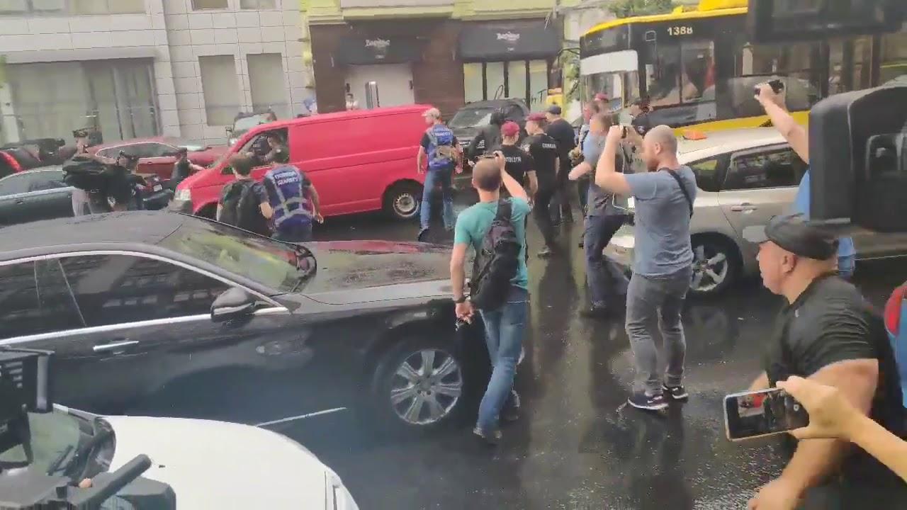 На Порошенко совершено нападение после допроса в ГБР